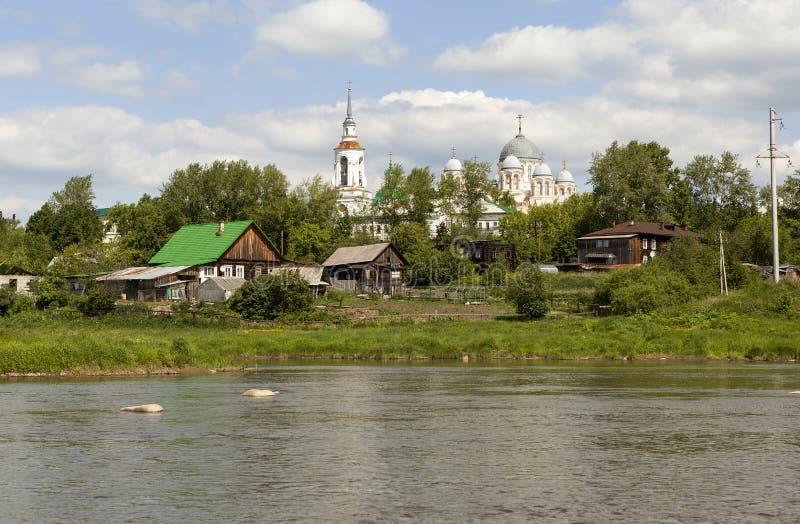 Μοναστήρι και ο ποταμός Tura του Άγιου Βασίλη Verkhotursky Verkhoturye Περιοχή του Σβέρντλοβσκ στοκ εικόνα με δικαίωμα ελεύθερης χρήσης