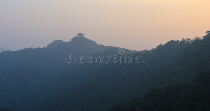 Μοναστήρι, κινεζικός κήπος, κόκκινη γέφυρα αναστολής στο Forest Park βουνών Gele, γέφυρα σχοινιών στοκ φωτογραφίες με δικαίωμα ελεύθερης χρήσης