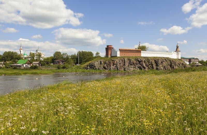 Μοναστήρι του Άγιου Βασίλη, το Κρεμλίνο και ο ποταμός Tura, ανάμεσα στις χλόες Verkhoturye Περιοχή του Σβέρντλοβσκ Ρωσία στοκ φωτογραφία με δικαίωμα ελεύθερης χρήσης