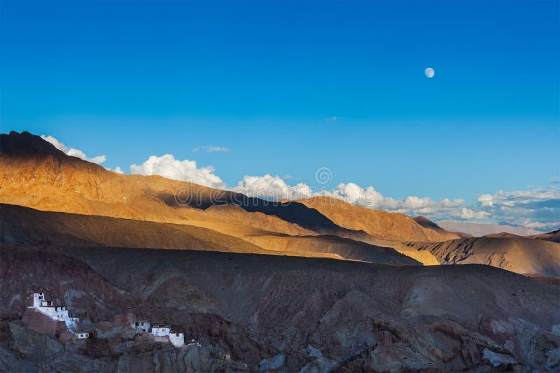 Μοναστήρι Basgo και ηλιοβασίλεμα ανατολής του φεγγαριού στα Ιμαλάια. Ladakh, Ινδία στοκ εικόνες