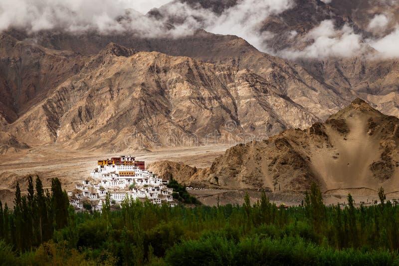 Μοναστήρι Gompa Thiksey Thiksey κάτω από τη σκιά από τη θύελλα βροχής στοκ εικόνες