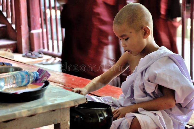 Μοναχοί που τρώνε το μεσημεριανό γεύμα στοκ φωτογραφία με δικαίωμα ελεύθερης χρήσης