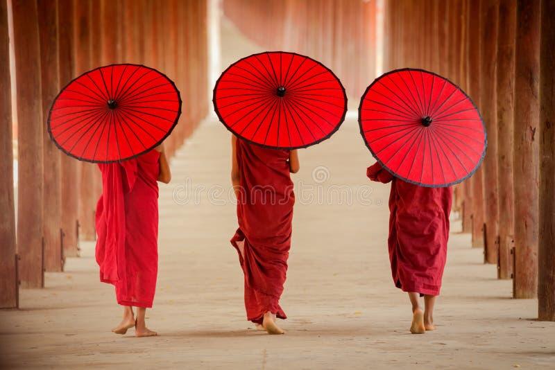 Μοναχός αρχαρίων του Μιανμάρ που περπατά μαζί στο αρχαίο άτομο Bagan παγοδών στοκ φωτογραφία με δικαίωμα ελεύθερης χρήσης