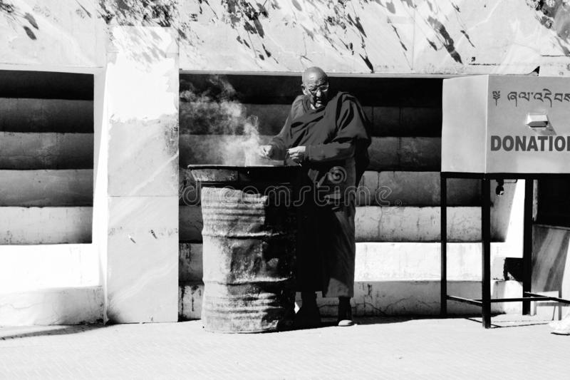 Μοναχός σε Dzong, Paro, Μπουτάν στοκ εικόνα