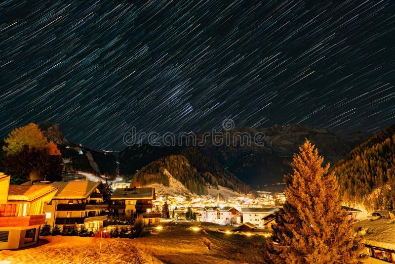 Μονοπάτι αστέρων πάνω από την Selva di Val Gardena στοκ εικόνες