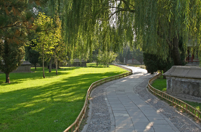Download μονοπάτι κήπων στοκ εικόνα. εικόνα από λυγαριά, παλάτι - 1529569