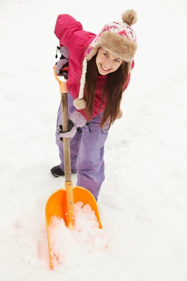 μονοπάτι κοριτσιών που φτυαρίζει το χιόνι εφηβικό στοκ εικόνες