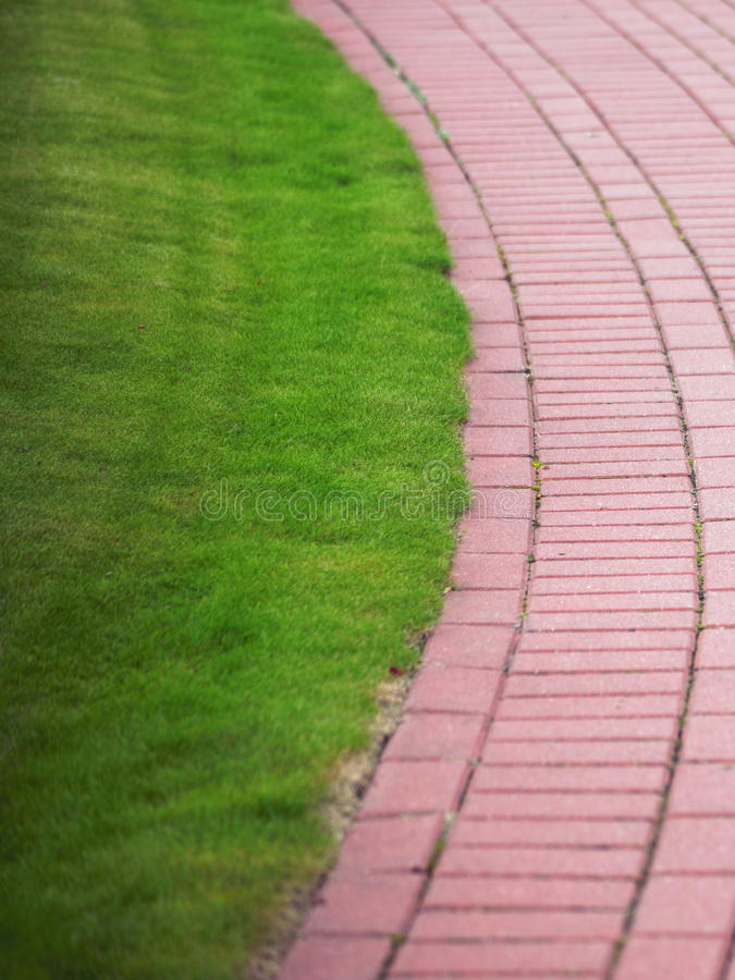 Μονοπάτι πετρών κήπων με τη χλόη, πεζοδρόμιο τούβλου στοκ φωτογραφία με δικαίωμα ελεύθερης χρήσης