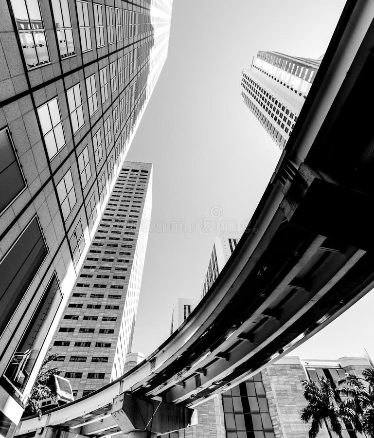 Μονοτρόχιος σιδηρόδρομος στο στο κέντρο της πόλης Μαϊάμι που βλέπει από κάτω από σε γραπτό στοκ φωτογραφίες με δικαίωμα ελεύθερης χρήσης