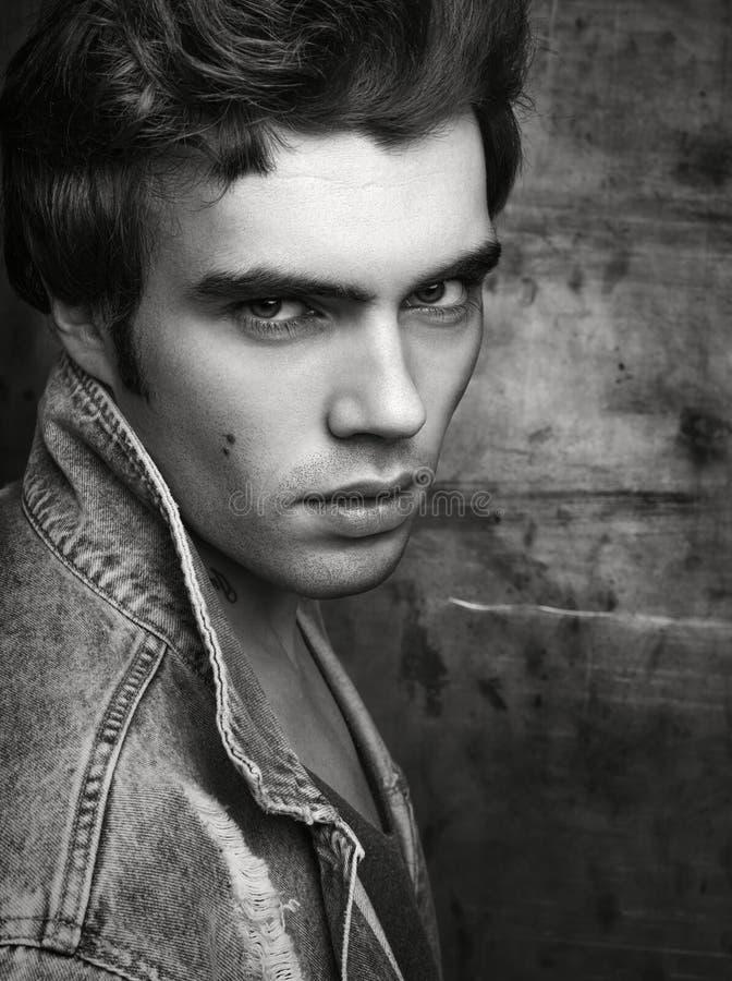 Μονοχρωματικό πορτρέτο μόδας κινηματογραφήσεων σε πρώτο πλάνο ενός όμορφου νεαρού άνδρα στοκ φωτογραφίες