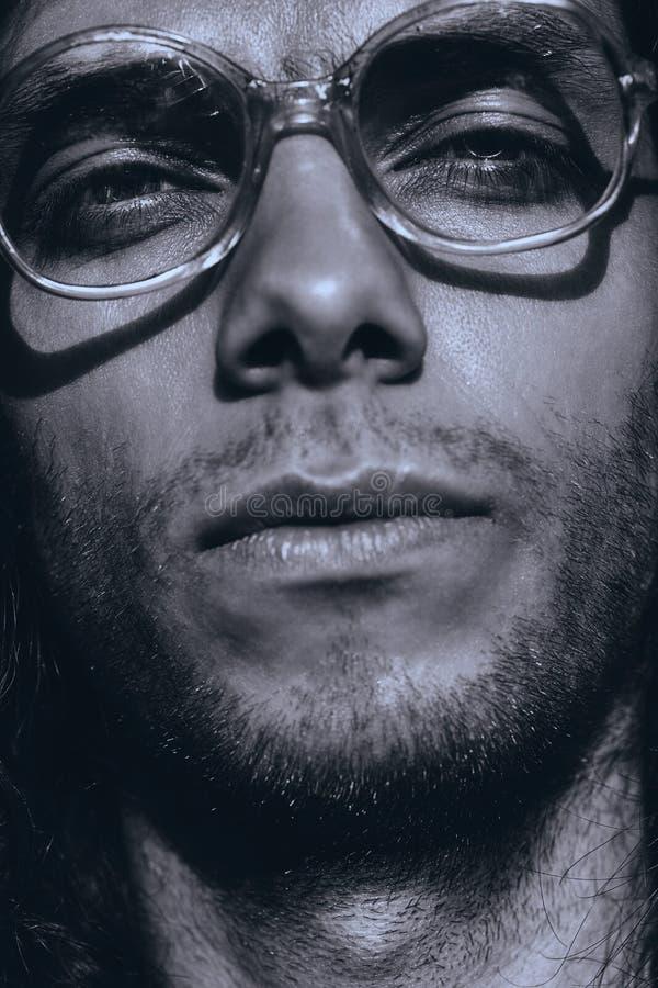 Μονοχρωματικό πορτρέτο του ατόμου στα παλαιά γυαλιά στοκ εικόνες