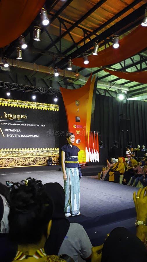 Μοντέλα περπατούν στην επίδειξη μόδας κατά τη διάρκεια της Kriya Nusa Fashion Jakarta Επίδειξη μόδας, Catwalk, Runway Show στοκ εικόνες με δικαίωμα ελεύθερης χρήσης