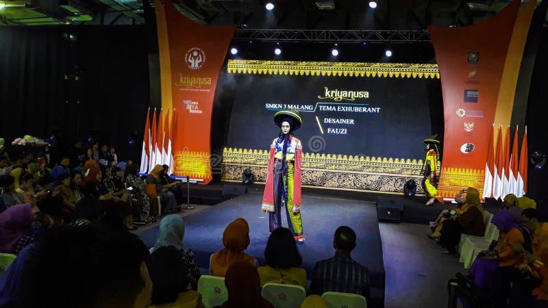 Μοντέλα περπατούν στην επίδειξη μόδας κατά τη διάρκεια της Kriya Nusa Fashion Jakarta Επίδειξη μόδας, Catwalk, Runway Show στοκ εικόνα με δικαίωμα ελεύθερης χρήσης