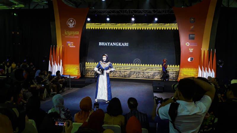 Μοντέλα περπατούν στην επίδειξη μόδας κατά τη διάρκεια της Kriya Nusa Fashion Jakarta Επίδειξη μόδας, Catwalk, Runway Show στοκ φωτογραφία