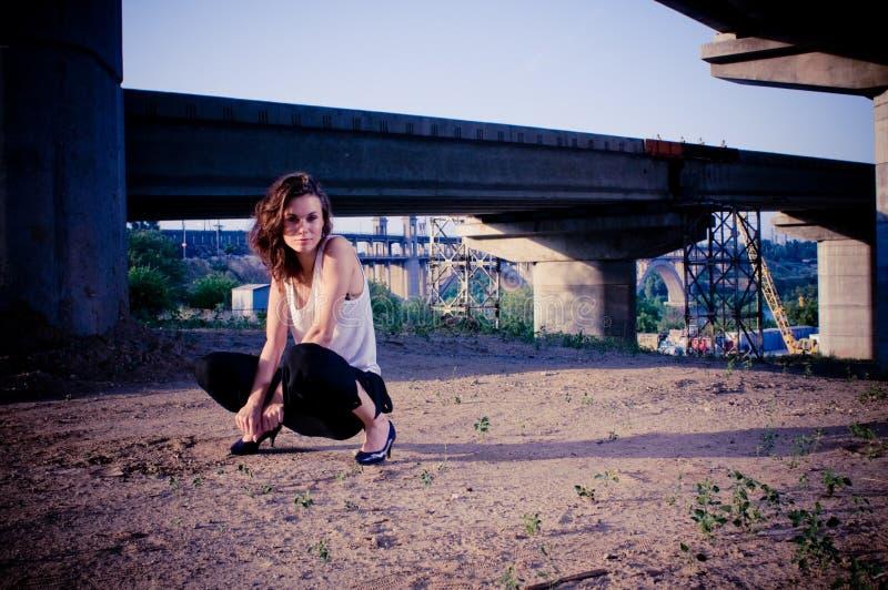 Μοντέλο γοητείας κοντά στη γέφυρα στοκ φωτογραφίες με δικαίωμα ελεύθερης χρήσης