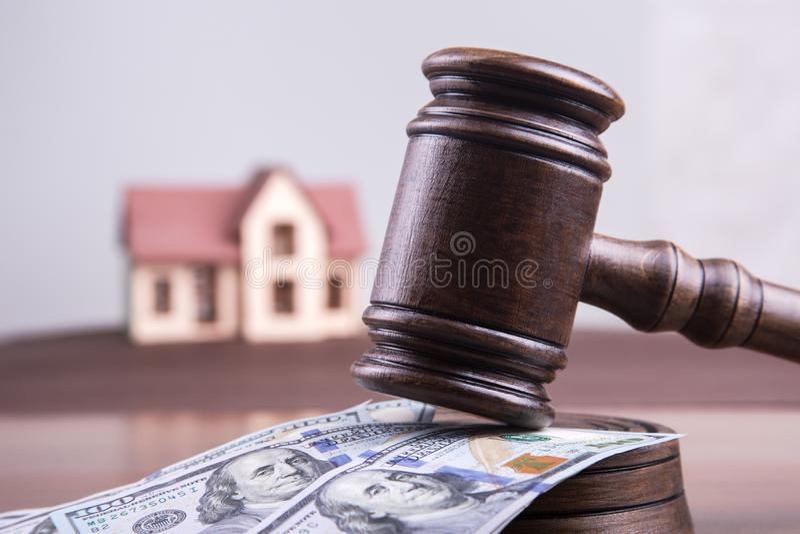 Μοντέλο κατοικίας σε χρήματα με το σφυρί ενός δικαστή ως ιδέα επένδυσης ενυπόθηκη χρηματοδότηση και κίνδυνος επένδυσης στοκ φωτογραφία με δικαίωμα ελεύθερης χρήσης