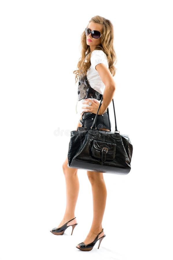 Μοντέλο μόδας με τη μεγάλη τσάντα. στοκ φωτογραφία