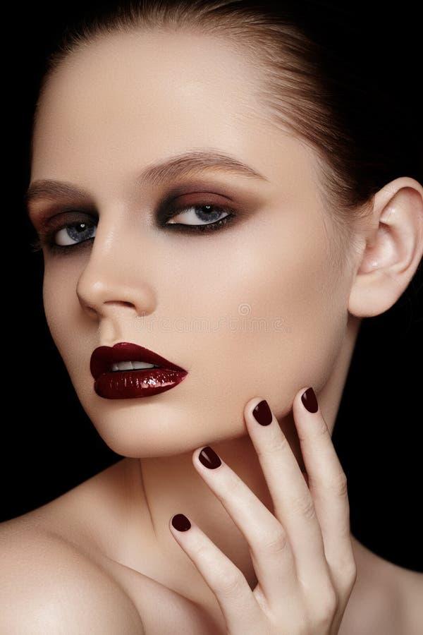 Μοντέλο μόδας με το καφέ μανικιούρ, σύνθεση στοκ εικόνες
