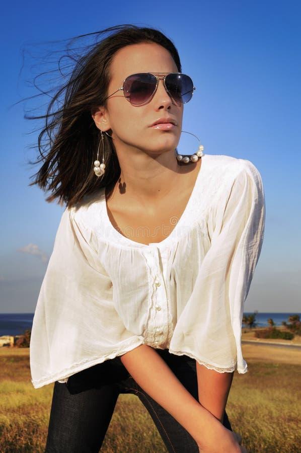 Μοντέλο μόδας στα γυαλιά ηλίου στοκ εικόνα