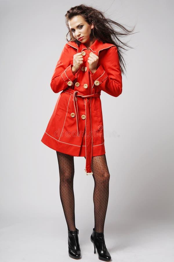 Μοντέλο μόδας στο κόκκινο παλτό. στοκ εικόνες
