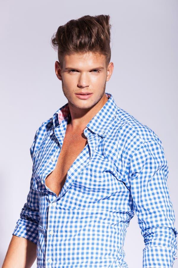 Μοντέλο μόδας χαμόγελου αρσενικό στοκ φωτογραφίες