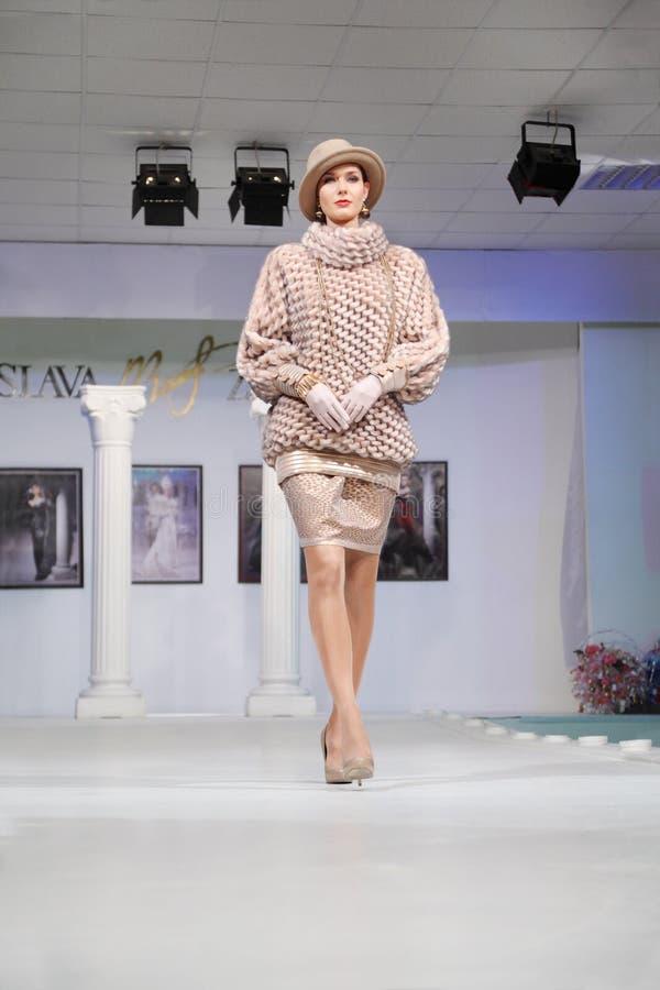 Μοντέλο στο ασυνήθιστο πουλόβερ στο σπίτι μόδας στοκ εικόνες