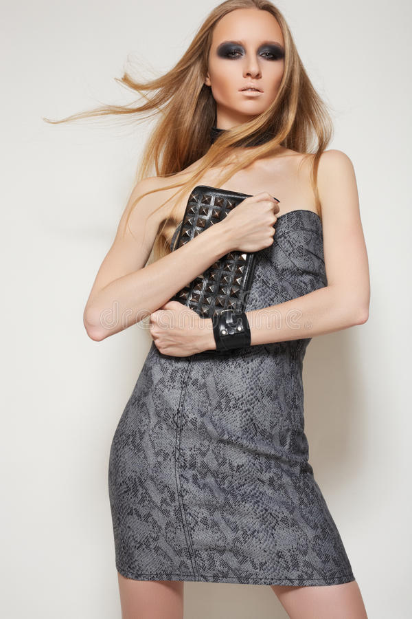 Μοντέλο στο φόρεμα και τα εξαρτήματα μόδας. Ύφος βράχου στοκ εικόνα με δικαίωμα ελεύθερης χρήσης