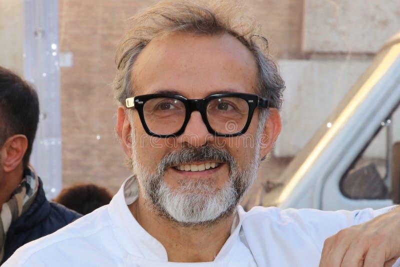 Μοντένα, Ιταλία, το Δεκέμβριο του 2018, αρχιμάγειρας Massimo Bottura σε μια δημόσια εκδήλωση στην πλατεία Ρώμη, Μοντένα, Ιταλία στοκ εικόνα