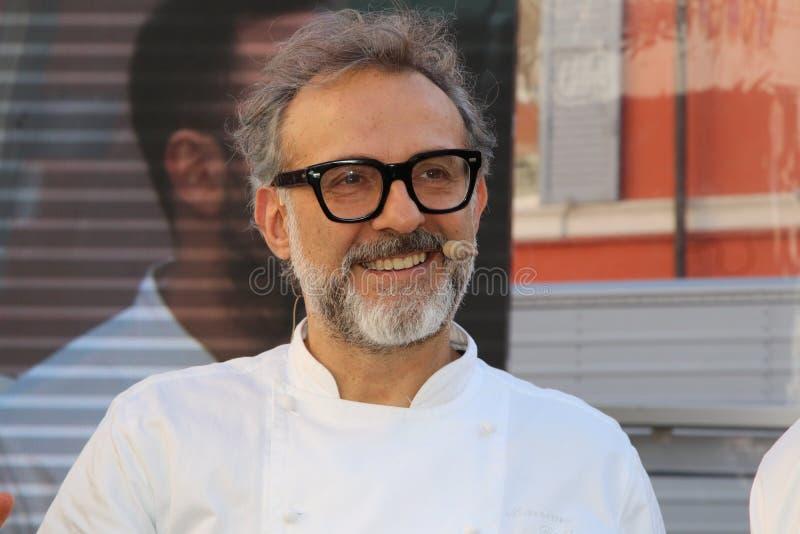 Μοντένα, Ιταλία, το Δεκέμβριο του 2018, αρχιμάγειρας Massimo Bottura σε μια δημόσια εκδήλωση στην πλατεία Ρώμη, Μοντένα, Ιταλία στοκ φωτογραφία