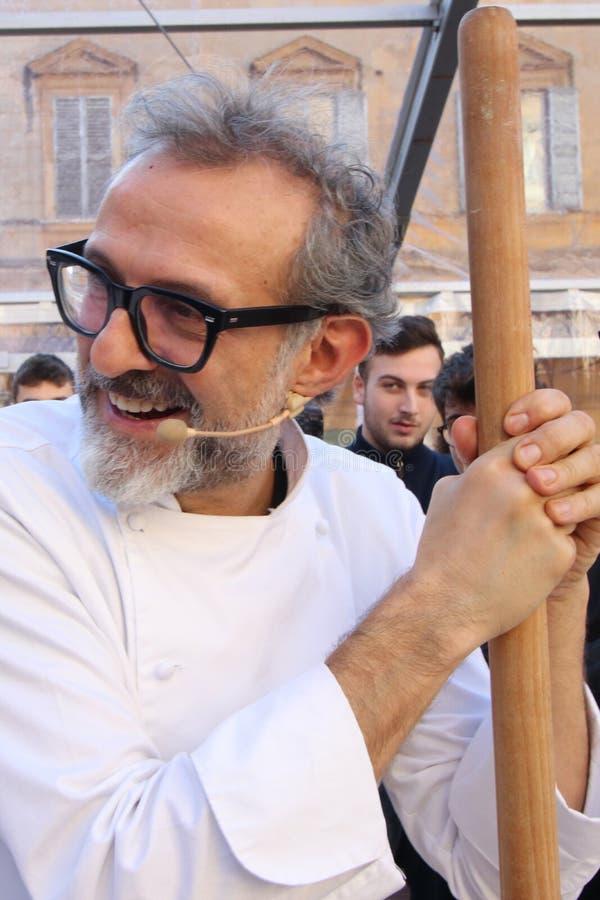 Μοντένα, Ιταλία, το Δεκέμβριο του 2018, αρχιμάγειρας Massimo Bottura σε μια δημόσια εκδήλωση στην πλατεία Ρώμη, Μοντένα, Ιταλία στοκ φωτογραφία με δικαίωμα ελεύθερης χρήσης