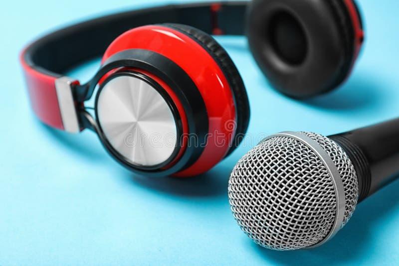Μοντέρνα ακουστικά και μικρόφωνο στο υπόβαθρο χρώματος στοκ φωτογραφίες με δικαίωμα ελεύθερης χρήσης
