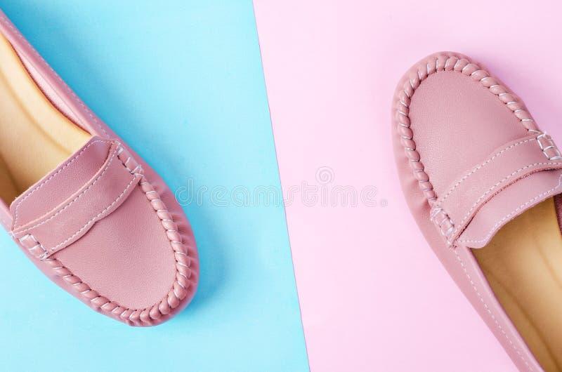 Μοντέρνα θηλυκά παπούτσια στα χρώματα κρητιδογραφιών στοκ εικόνες