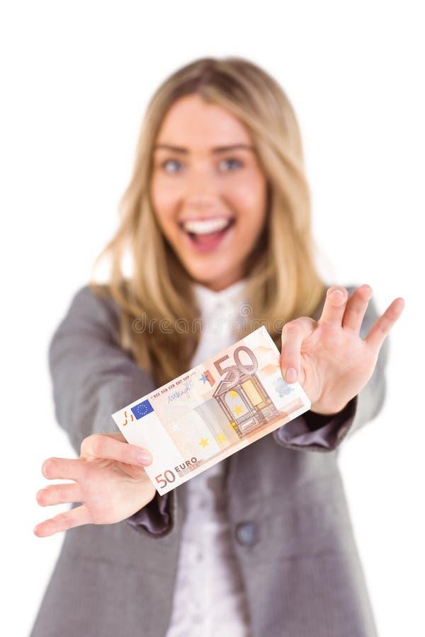 Μοντέρνα ξανθά παρουσιάζοντας πενήντα ευρο- σημείωση στοκ εικόνες