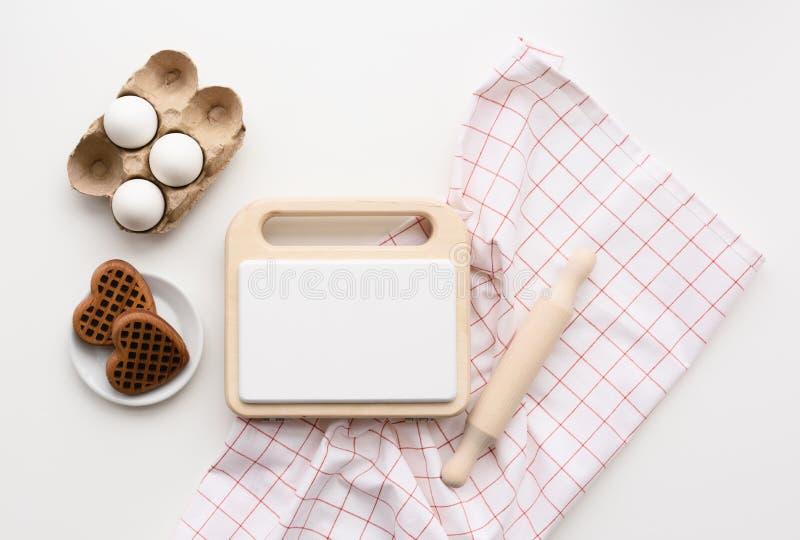 Μοντέρνα ξύλινα παιχνίδια Flatlay του ξύλινου κατασκευαστή, των αυγών και των βαφλών βαφλών στο υπόβαθρο ελέγχου στοκ εικόνα