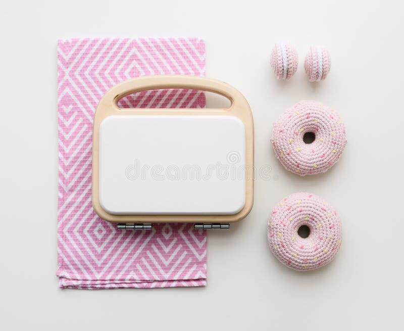 Μοντέρνα παιχνίδια για τα παιδιά Ο λευκός κατασκευαστής βαφλών παιχνιδιού με το ροζ πλέκει τα μπισκότα και donuts στο άσπρο υπόβα στοκ εικόνες με δικαίωμα ελεύθερης χρήσης