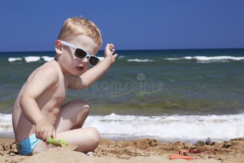 Μοντέρνα παιδικά παιχνίδια στην παραλία στην άμμο. litt στοκ φωτογραφία