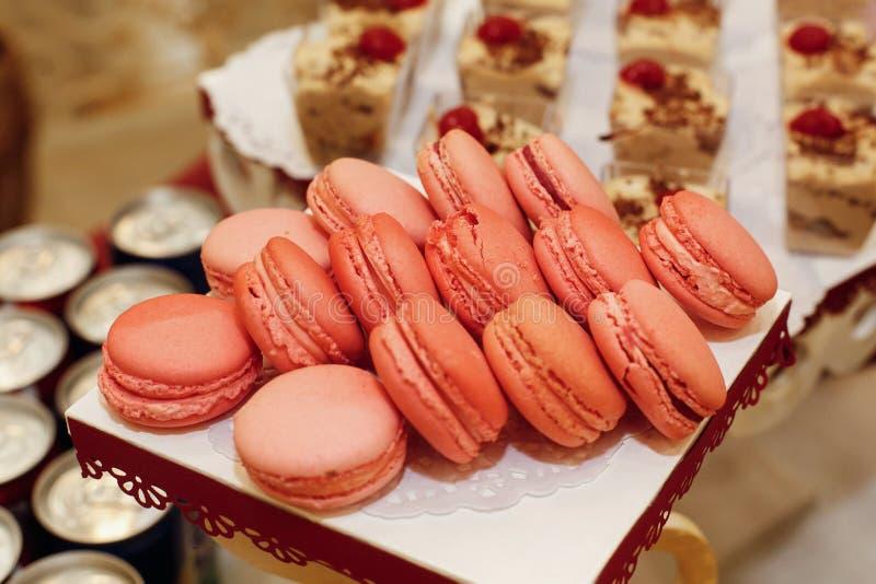 Μοντέρνα ρόδινα macaroons, φραγμός καραμελών με τα γλυκά στο γάμο πολυτέλειας στοκ εικόνες