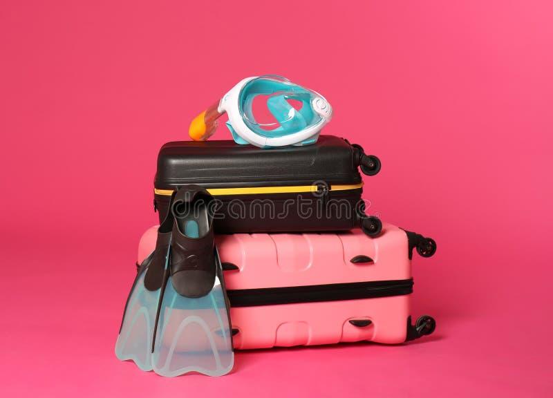 Μοντέρνες βαλίτσες με την κολυμπώντας μάσκα και τα βατραχοπέδιλα στοκ εικόνες