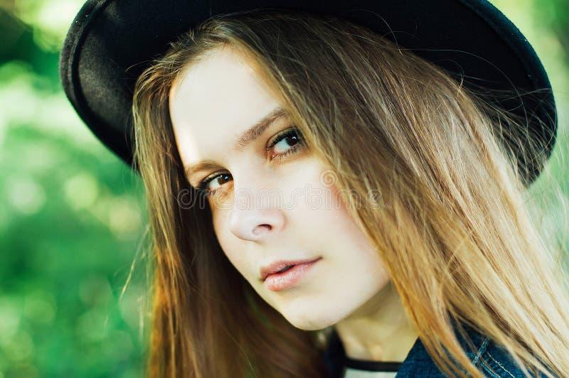 Μοντέρνες Βοημίας εξαρτήσεις άνοιξη Όμορφη νέα γυναίκα με πολύ στοκ φωτογραφίες