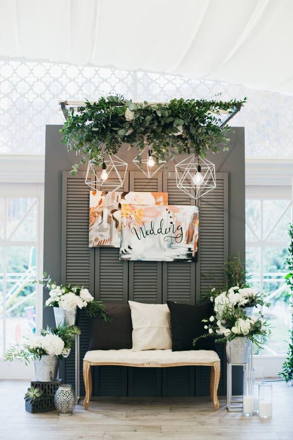 Μοντέρνες γαμήλιες διακοσμήσεις με τα λουλούδια στο ύφος Boho στοκ εικόνες