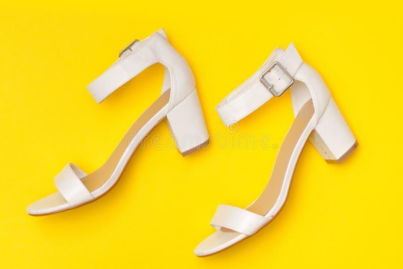 μοντέρνη έννοια Άσπρα παπούτσια στο κίτρινο υπόβαθρο, τοπ άποψη στοκ εικόνα με δικαίωμα ελεύθερης χρήσης