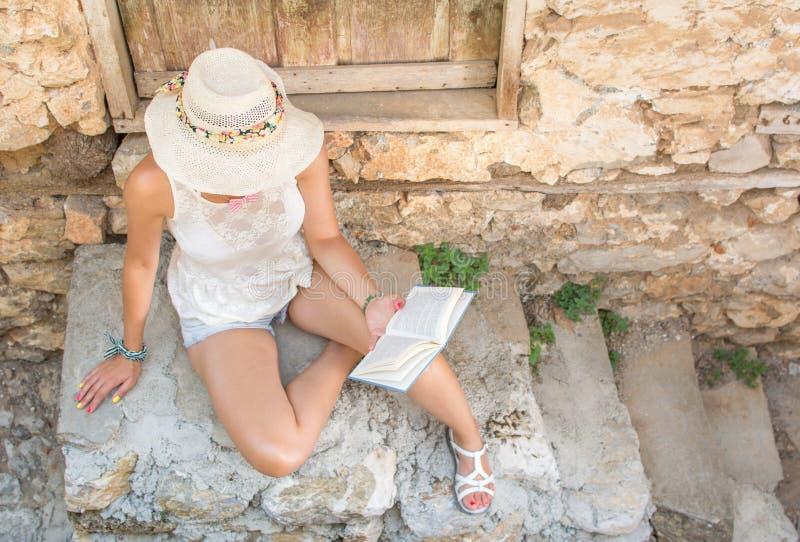 Μοντέρνη ανάγνωση γυναικών σε μια παλαιά πόλη στοκ φωτογραφίες