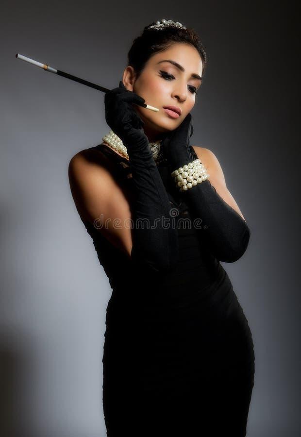 Μοντέρνη αναδρομική νέα γυναίκα με το τσιγάρο στοκ φωτογραφίες με δικαίωμα ελεύθερης χρήσης