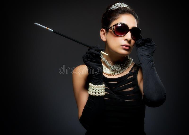 Μοντέρνη αναδρομική νέα γυναίκα με το τσιγάρο στοκ εικόνες