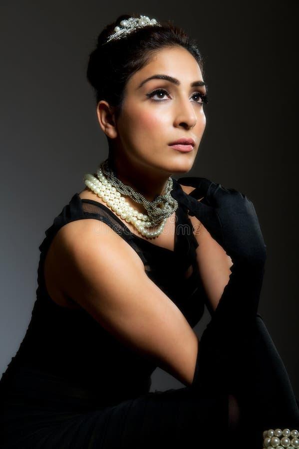 Μοντέρνη αναδρομική νέα γυναίκα στο μαύρο φόρεμα στοκ εικόνες με δικαίωμα ελεύθερης χρήσης