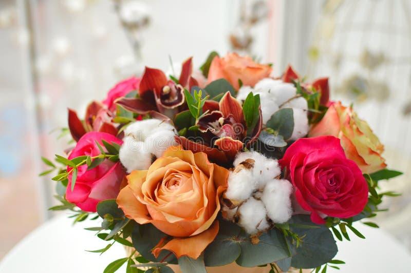 Μοντέρνη ανθοδέσμη με τα τριαντάφυλλα και τις ορχιδέες στοκ εικόνες