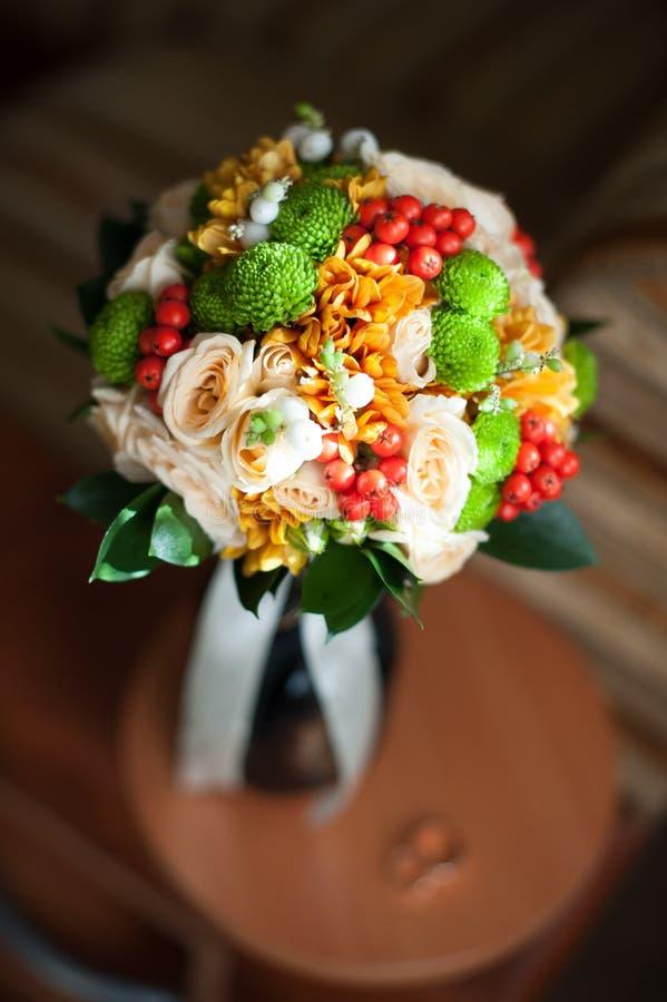 Μοντέρνη γαμήλια ανθοδέσμη φθινοπώρου σε ένα σκοτεινό υπόβαθρο στοκ εικόνες