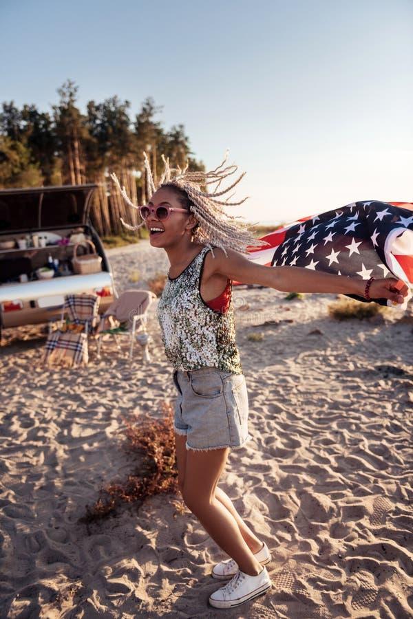 Μοντέρνη γυναίκα με τα dreadlocks που αισθάνεται το άγριο και ελεύθερο ταξίδι στο ρυμουλκό στοκ φωτογραφία με δικαίωμα ελεύθερης χρήσης