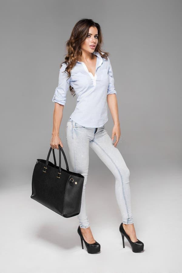 Μοντέρνη γυναίκα με την τσάντα στοκ φωτογραφίες