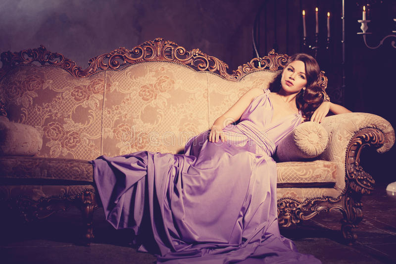 Μοντέρνη γυναίκα μόδας πολυτέλειας στο πλούσιο εσωτερικό Κορίτσι W ομορφιάς στοκ εικόνες